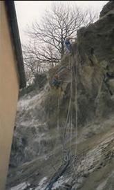 Béton projeté d'une falaise à l'arrière d'un bâtiment en méthode<br /><br /><br /><br /> acrobatique