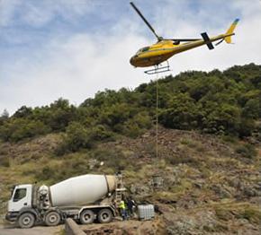Bouchage de puits - La toupie alimente les bennes que l'hélicoptère amène sur zone