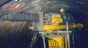 Forage pour drainage dans une galerie de petite dimension usine hydroélectrique.