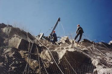 Forage sur falaise en acrobatique