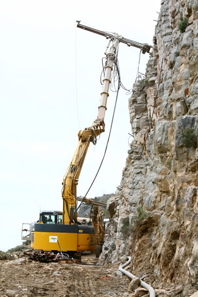Pelles mécaniques équipées de colonnes de forage pour accès difficile