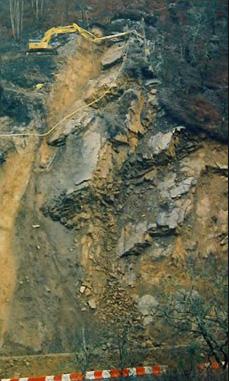 Forage  sur un gros glissement de versant, la pelle est sur le terrain stable