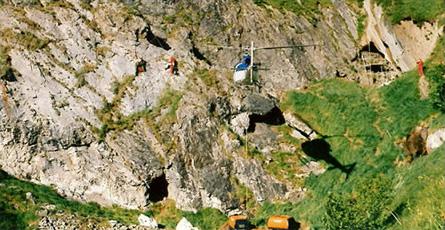 Une équipe replie le matériel avec l'hélico, l'autre charge un tir de mine en acrobatique à flanc de falaise