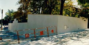 Muro berlinés enlucido con chaperon y cerca