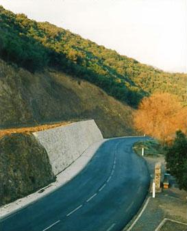 Muro clavado carretera arriba en RD - Cubierto con piedra del pais