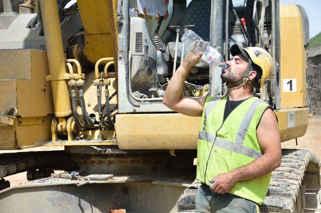 Les ouvriers de l'entreprise du Tarn « MTPS » ont des bouteilles d'eau à volonté. Agence SAINT FLOUR