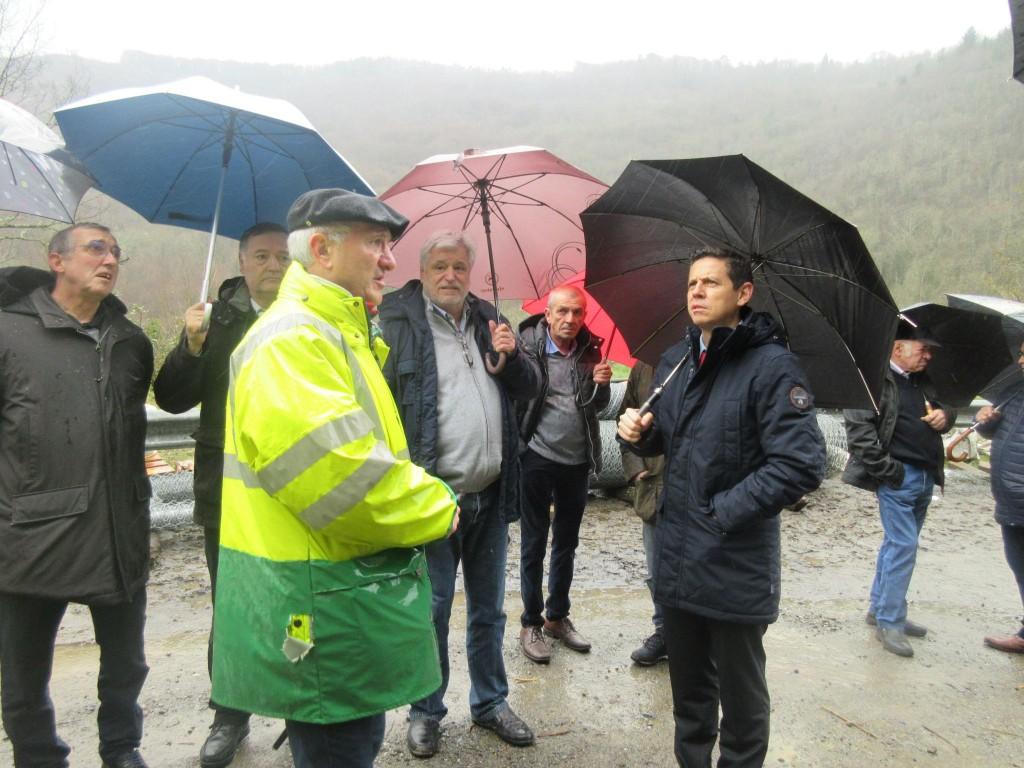 Le président du conseil départemental Christophe Ramon et le président de la communauté des communes Jean-Marie Fabre écoutent les explications techniques de Philippe Carayol sur le chantier de la D55
